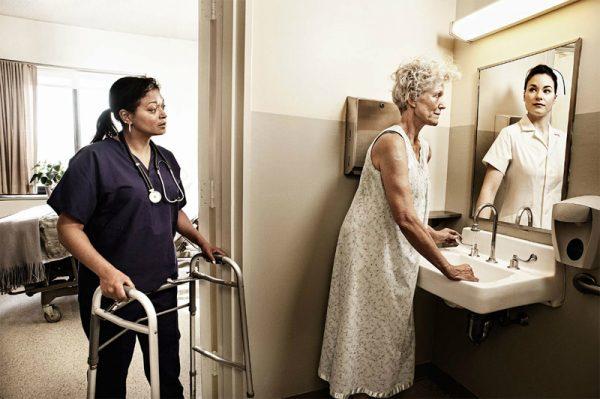 Женщина нагибается раком и показывает свои прелести в качестве 720