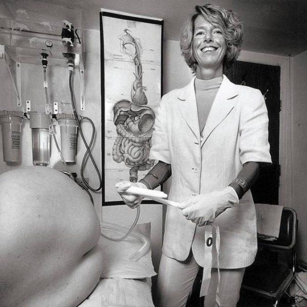 Колонотерапевт. В обязанности этого медицинского работника входит глубокое очищение кишечника у пациентов.