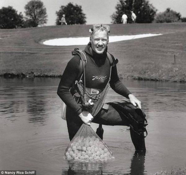 Ныряльщик за мячами для гольфа. Довольно востребованная профессия в США.