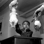 Доктор Кеннет Б. Кларк, проводящий Тест с куклами, Гарлем, Нью-Йорк, 1947