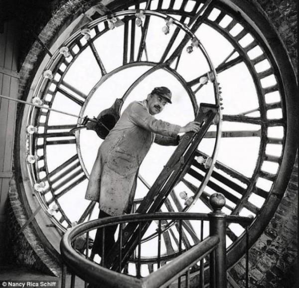 Корректор башенных часов. Несколько раз в день он поднимается на башню и подводит огромные часы, старый механизм которых очень часто дает погрешности во времени.