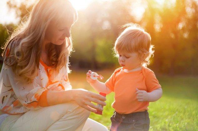 Предложите ребенку то перед чем он не может устоять.